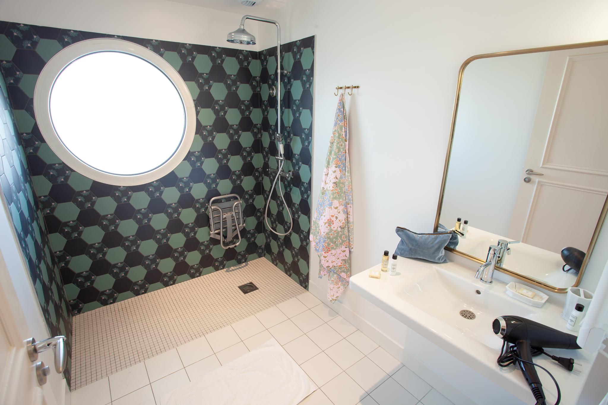 salle d'eau du 3 pièces côté jardin, appartement PMR (Personne à Mobilité Réduite)